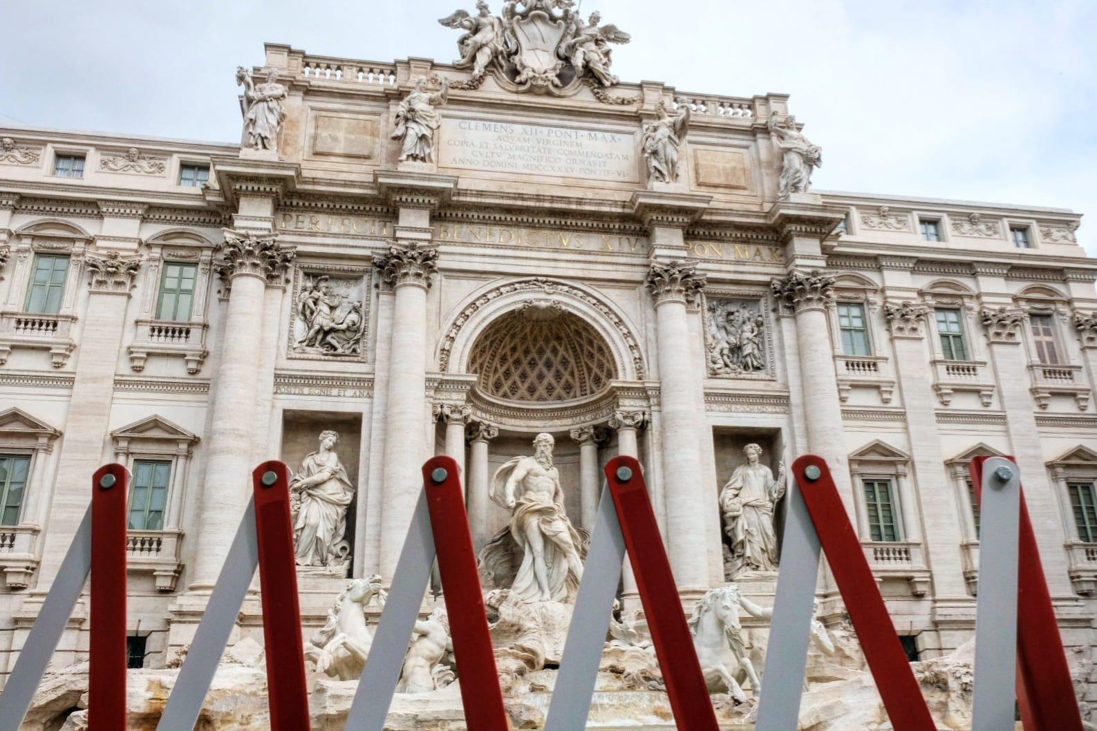 Dettaglio di Fontana di Trevi con i dissuasori per l'ingresso© Renato Ferrantini